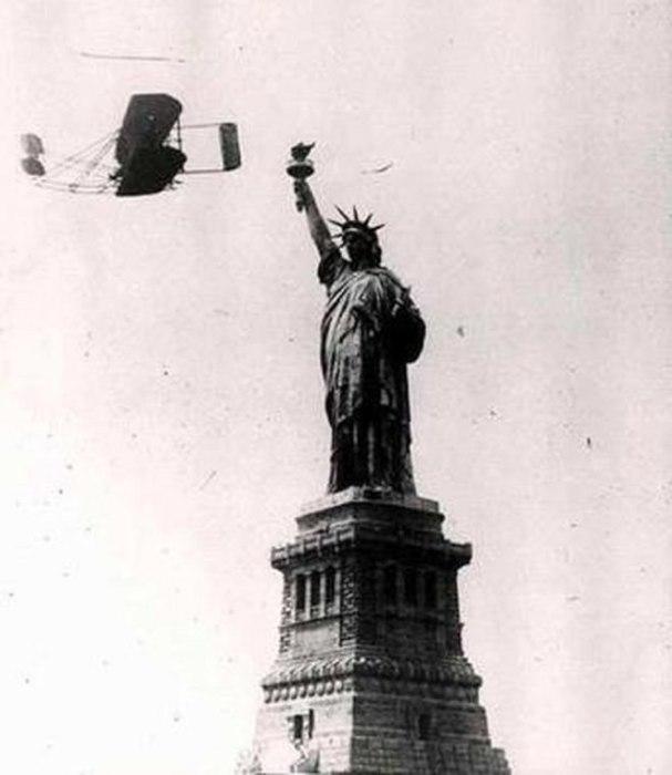 Уилбур Райт летает вокруг Статуи Свободы. \ Фото: turkishdailynews.net.