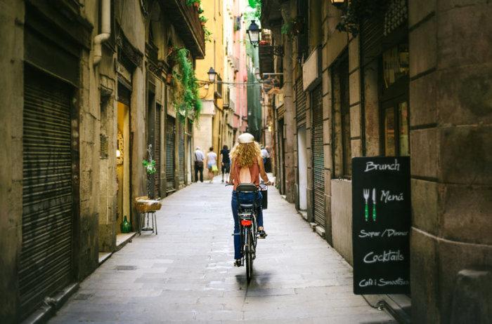Гордая, самовлюбленная, взрывная, полная гениев и бездарей, влюбляющая и влюблённая, утомляющая и утомлённая - всё это про Барселону.