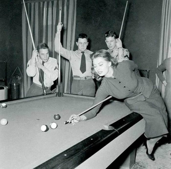 Софи Лорен демонстрирует американским солдатам свое мастерство игры в бильярд, 1954 год, Ливорно.