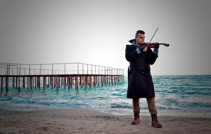 Удивительная Одесса. Скрипач на берегу моря. Автор фото: Vital Safo.