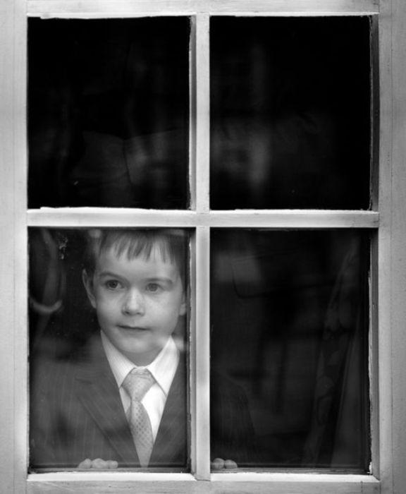 Мальчик в окне.