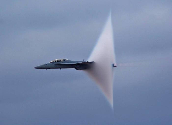 FA-18 идёт на трансзвуковой скорости. \ Фото: lint.com.