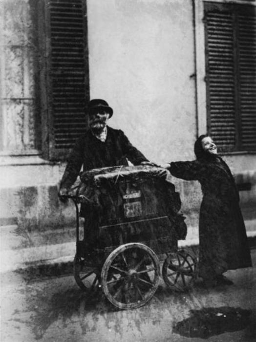 Шарманщик и уличная певица.