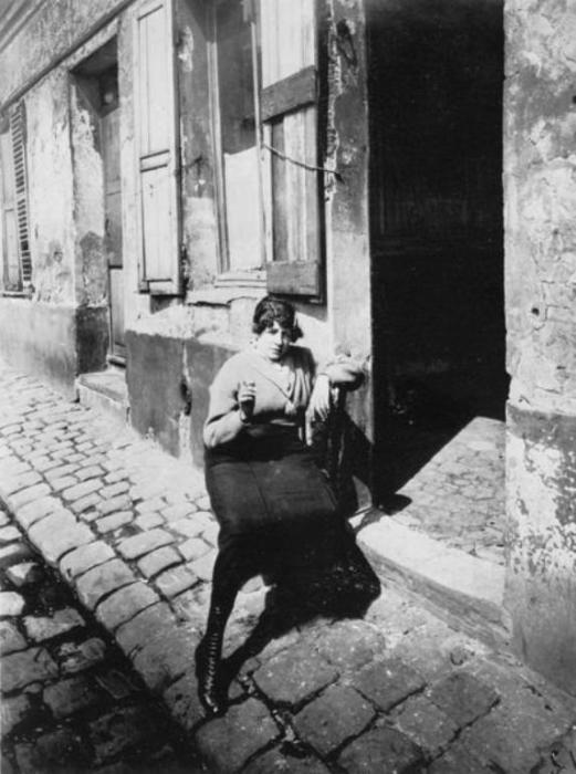 Проститутка на улице Азелин.
