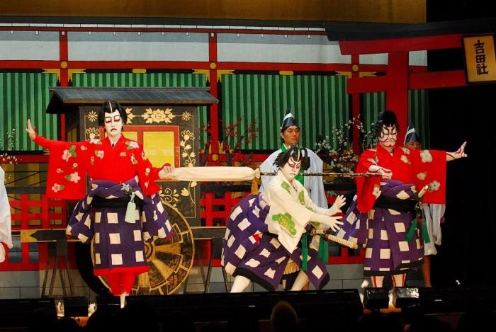 Выступление театра кабуки. \ Фото: ru.emb-japan.go.jp.