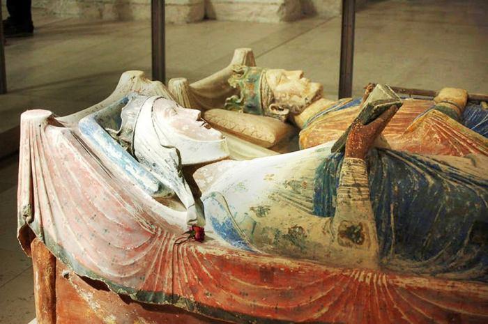 Надгробия Генриха II Плантагенета и Алиеноры (Элеоноры) Аквитанской. \ Фото: wyborcza.pl.
