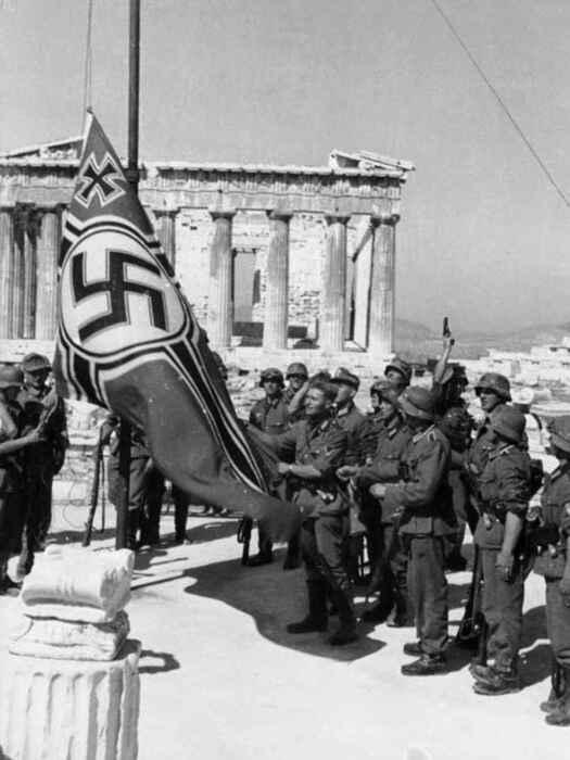 Немецкие солдаты поднимают Свастику на Акрополе, 1941 год. \ Фото: elespanol.com.