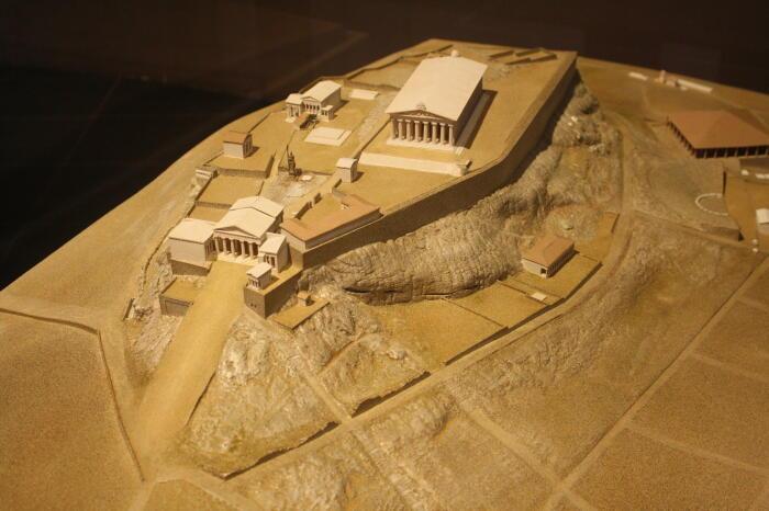 Модель Афинского Акрополя, каким он был в V веке до нашей эры, с Пропилейским комплексом в центре. \ Фото: ancient.eu.