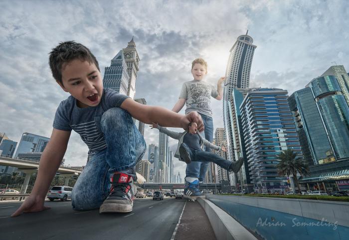 Гиганты на улицах Дубая. Автор: Adrian Sommeling.