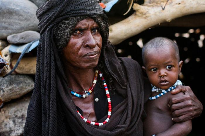 Женщины племени Афар носят цветные бусы и покрывают голову.