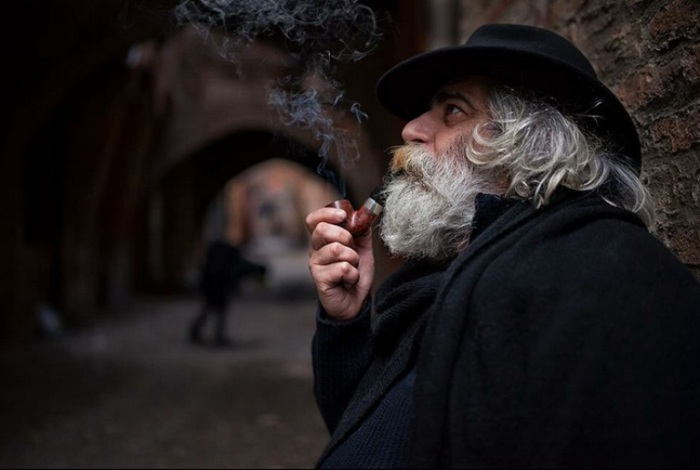 Мужчина, который курит трубку. Фото Alessandro Bergamini.