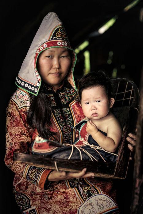 Удежская женщина с ребёнком. Автор: Александр Химушин.