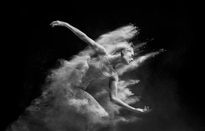 Страсть и грация: Безупречные фотографии танцоров, застывших в немыслимых позах