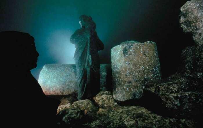 Александрия под водой: Очертания сфинкса со статуей жреца, несущего сосуд Осириса. \ Фото: pinterest.com.