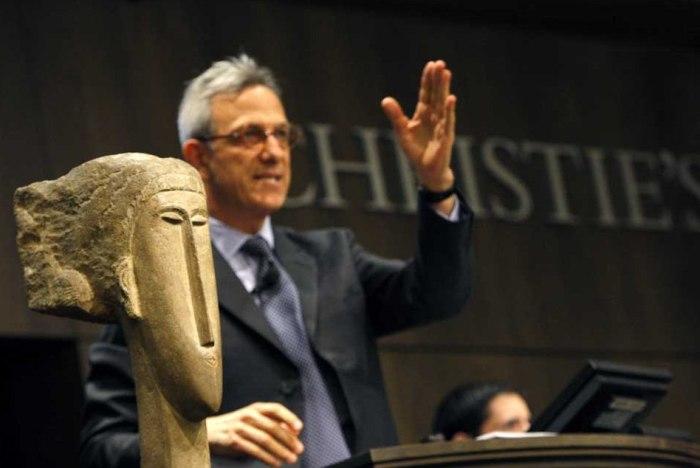 Одна из скульптур Модильяни. \ Фото: luxuo.com.