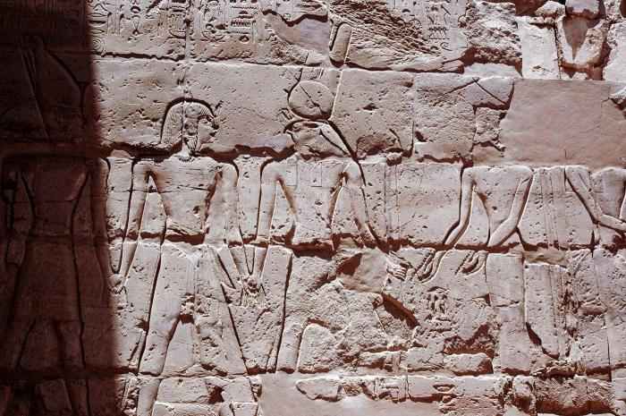 Слева направо: Рамзес II, Монту и Атум в присутствии Амонет. \ Фото: memphis.edu.