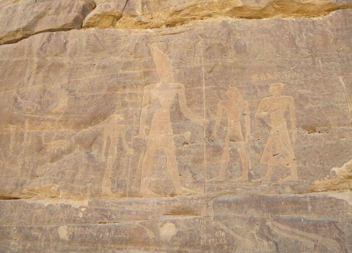 Слева направо: Царица Ях и её сын Ментухотеп II в Шат-эр-Ригал. \ Фото: images.slideplayer.com.
