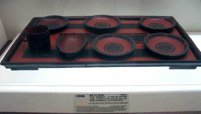 Лакированные изделия династии Хань найдены в гробнице в Мавандуй, Чанша, Китай, 202 до н. э. \ Фото: youtube.com.