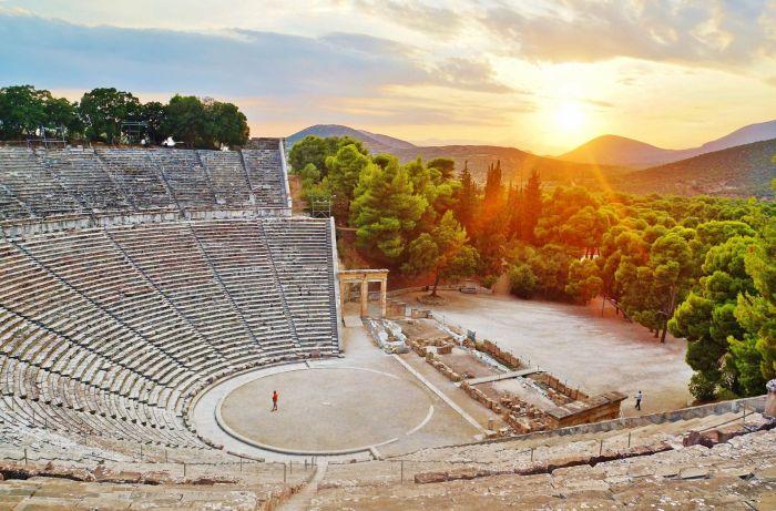 На сцене этого театра нельзя было изображать смерть и насилие. \ Фото: greeka.com.