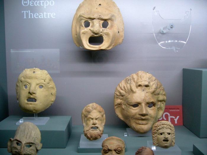 Некоторые древнегреческие театральные маски в Археологическом музее в Никосии, Кипр. \ Фото: bg.wikipedia.org.