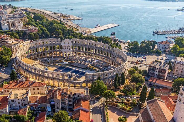 Римский амфитеатр в Пуле, построенный примерно в I веке н. э. \ Фото: vivirent.com.