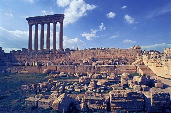 Храм Вакха, построенный примерно в конце II или начале III века, Баальбек. \ Фото: acredsites.com.