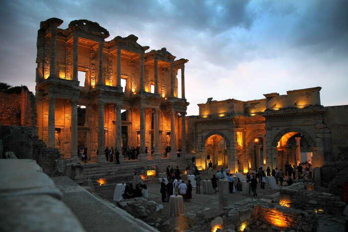 Фасад Библиотеки Цельсия, построенный около 110 г. н. э., Эфес. \ Фото: mapcarta.com.