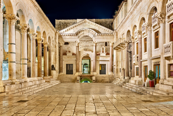 Перистиль дворца Диоклетиана, ок. конец III века н. э. \ Фото: thegeographicalcure.com.