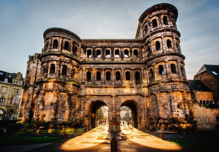 Порта-Нигра — большие римские городские ворота в Трире, Германия. \ Фото: dertour.de.