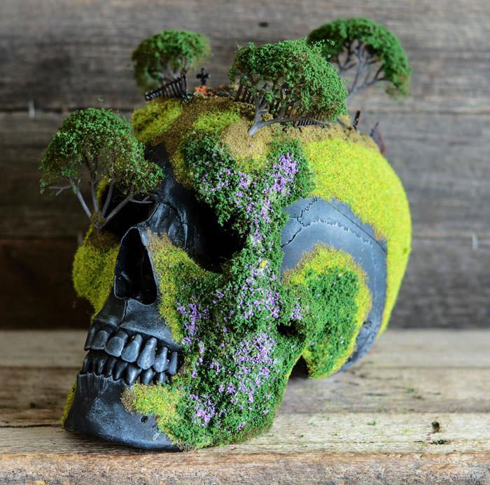 Человеческие черепа украшенные декоративным мхом и мини-бонсаями. Автор работ: Дизайнер Эндрю Фёрт (Andrew Firth).
