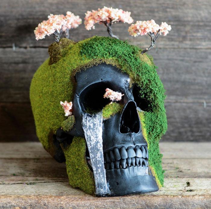 Декоративные человеческие черепа украшенные мхом и цветущей сакурой. Автор работ: Дизайнер Эндрю Фёрт (Andrew Firth).