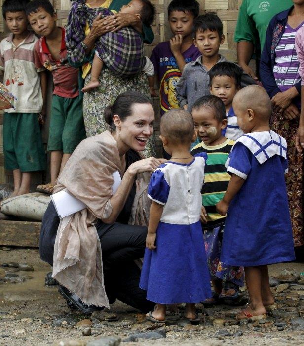Анджелина Джоли играет с беженцами из племени Качин во время посещения лагеря ВПЛ. \ Фото: blj.co.id.