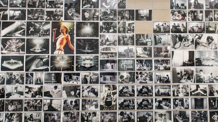Коллекция фотографий Лейбовиц 1975 года Rolling Stones, увиденных в её ретроспективе 2019 года, сфотографированной Майклом Джулиано. \ Фото: twitter.com.