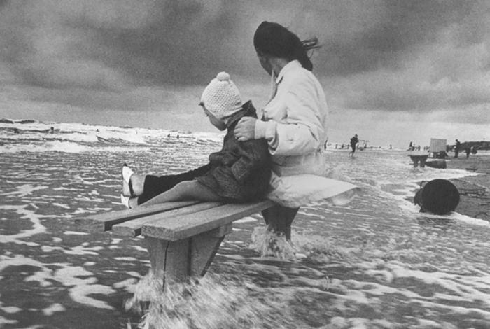 Женщина с ребёнком. Автор: Antanas Sutkus.