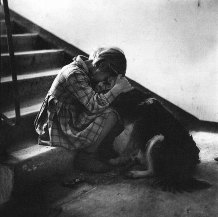 Девочка с собакой, 1966 год. Автор: Antanas Sutkus.