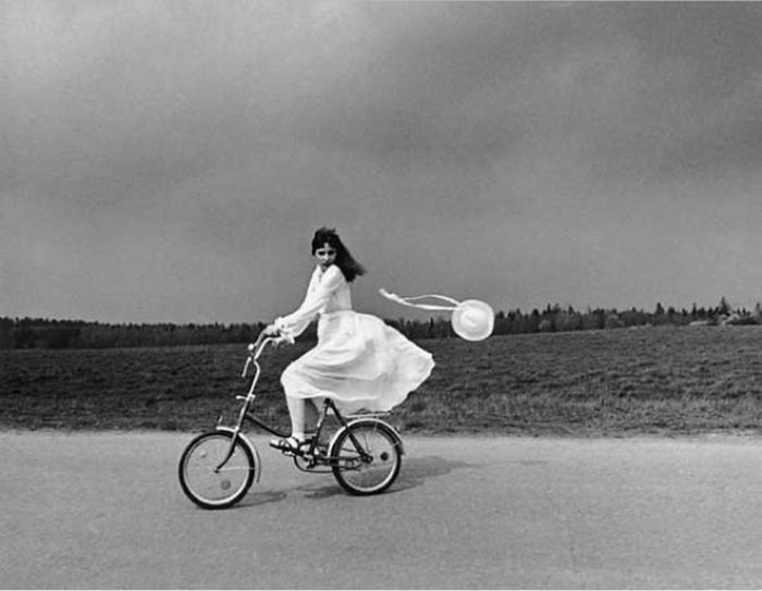 Девушка на велосипеде. Автор: Antanas Sutkus.
