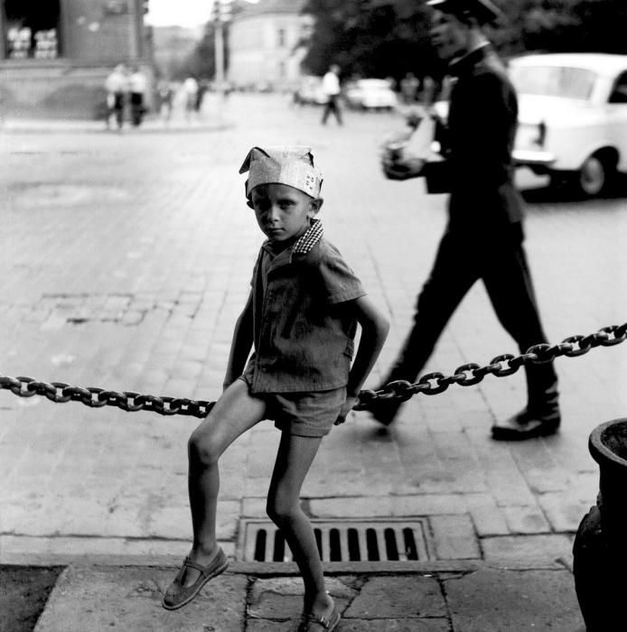 Мальчик в шляпе из газеты, 1964 год. Автор: Antanas Sutkus.