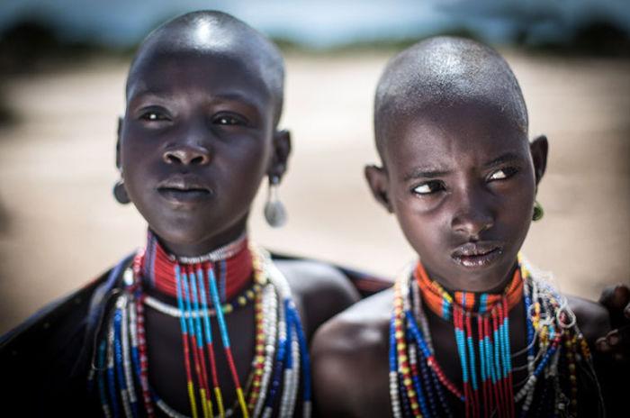 Согласно традициям, незамужние женщины бреют головы.