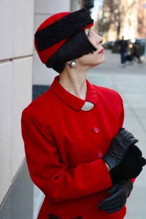 Элегантная женщина в красном.