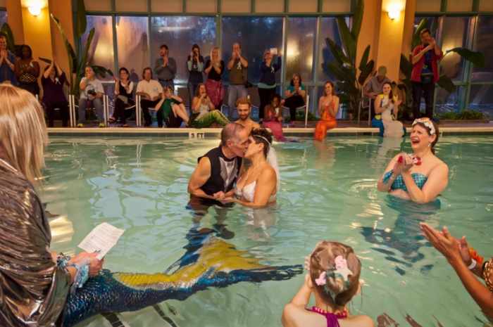Сказочная свадьба русалок. Фото Arthur Drooker.