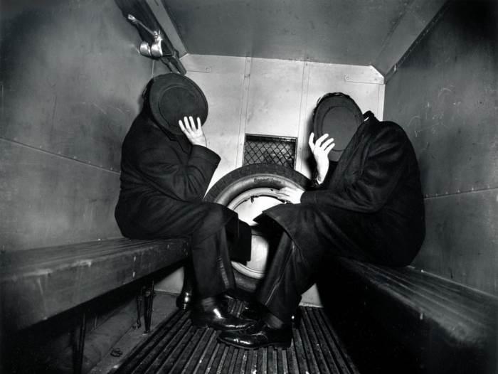 Чарльз Садкофф и Артур Веббер в полицейском фургоне. Автор: Arthur Fellig (Weegee).