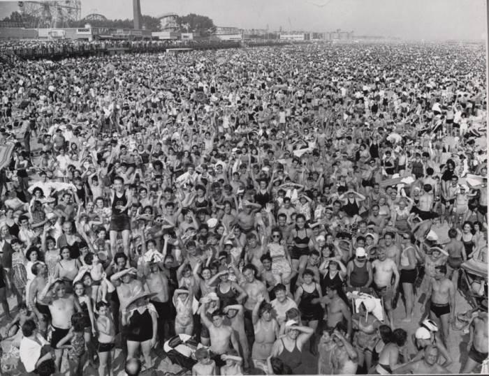 Толпа на Кони-Айленде. Автор: Arthur Fellig (Weegee).
