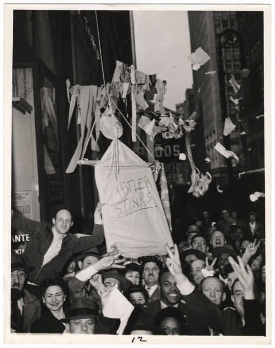 Гитлер смердит, 1942 год. Автор: Arthur Fellig (Weegee).