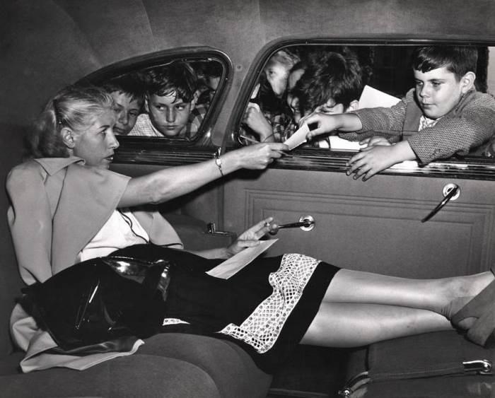 Женщина даёт автограф. Автор: Arthur Fellig (Weegee).