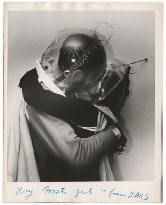 Парень встречает девушку с Марса, Калифорния, 1955 год. Автор: Arthur Fellig (Weegee).