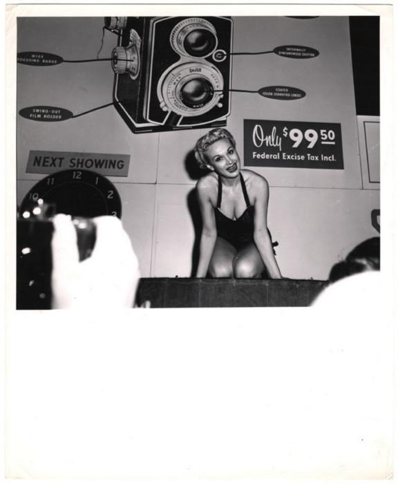Фотомодель, 1943 год. Автор: Arthur Fellig (Weegee).