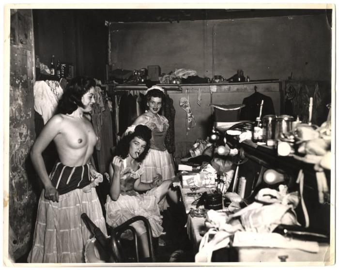 Шоугёлз в раздевалке бурлеск-клуба в Новом Орлеане, 1950 год. Автор: Arthur Fellig (Weegee).