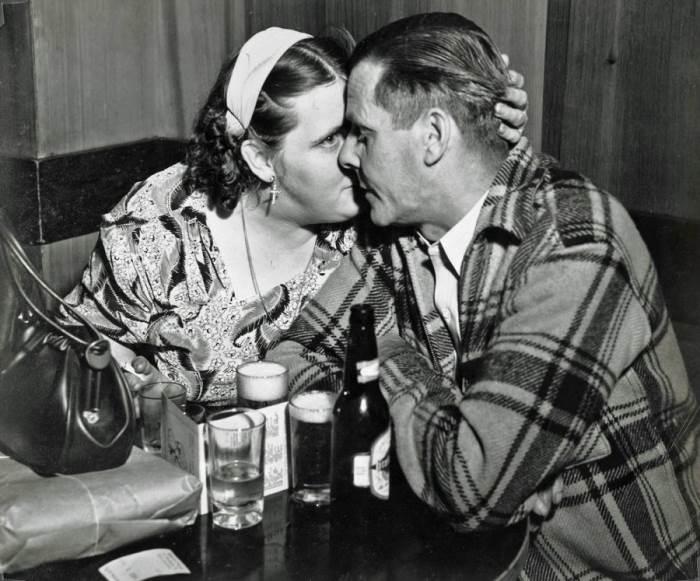Любовники в баре в Боуэри. Автор: Arthur Fellig (Weegee).