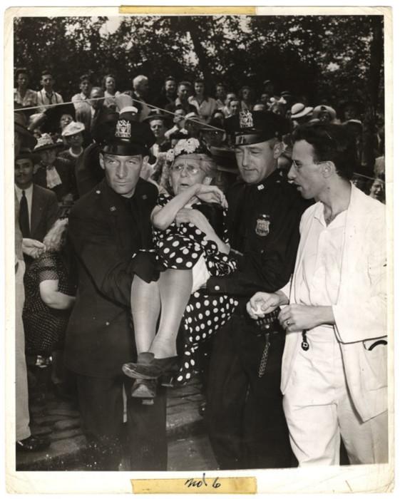 Во время военного парада на Пятой авеню леди упала в обморок от жары, 21 июня 1942 года. Автор: Arthur Fellig (Weegee).