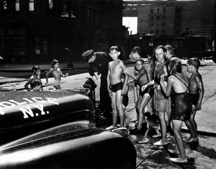 Полицейский перекрывает пожарный гидрант. Автор: Arthur Fellig (Weegee).